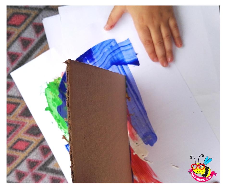trascinare il cartone sul folio e strisciare la tempera con i bambini
