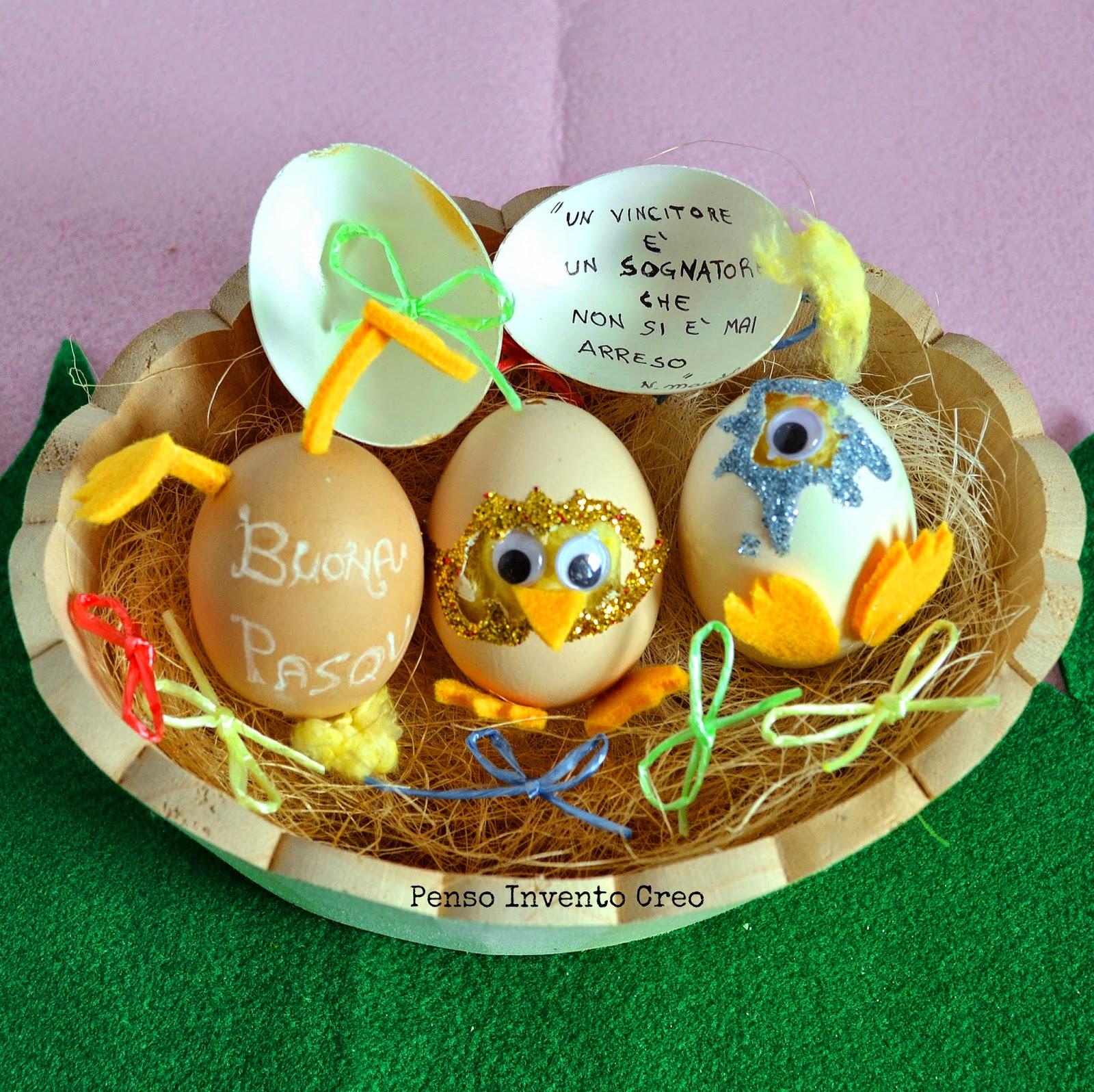cesto con uova decorate come se dentro ci fosse un pulcino che esce dal guscio, in ovatta