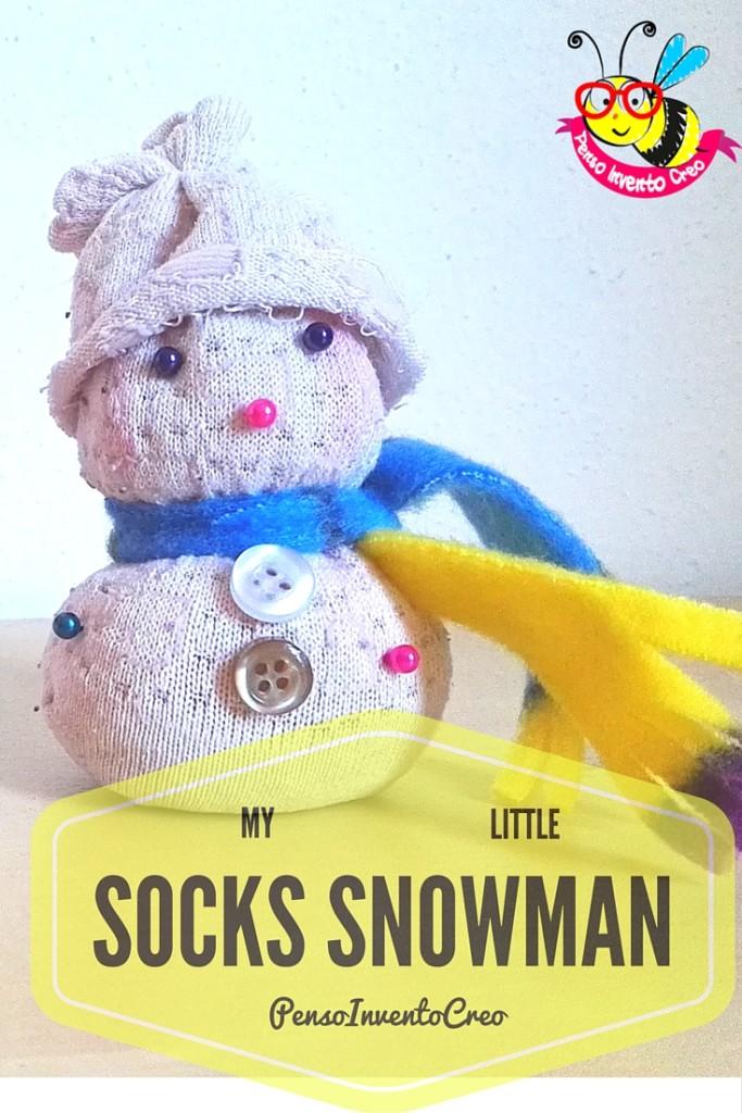 snow man socks pupazzo di neve creato con un calzino del riso e dei bottoni