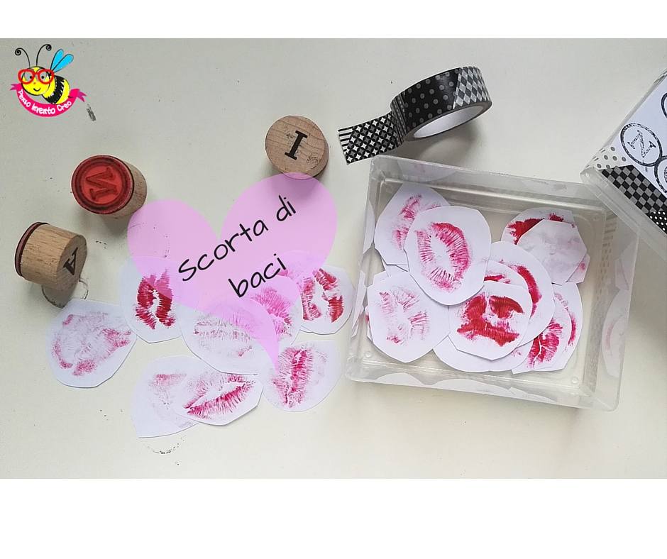 scatola che contiene dei baci stampati col rossetto su un foglio