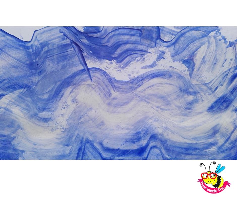 mare dipinto strisciando la tempera azzurra con un pezzo di cartone