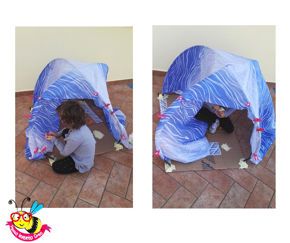 tenda per bambini, giochi all'aperto, con un vecchio lenzuolo e dei tubi di gomma
