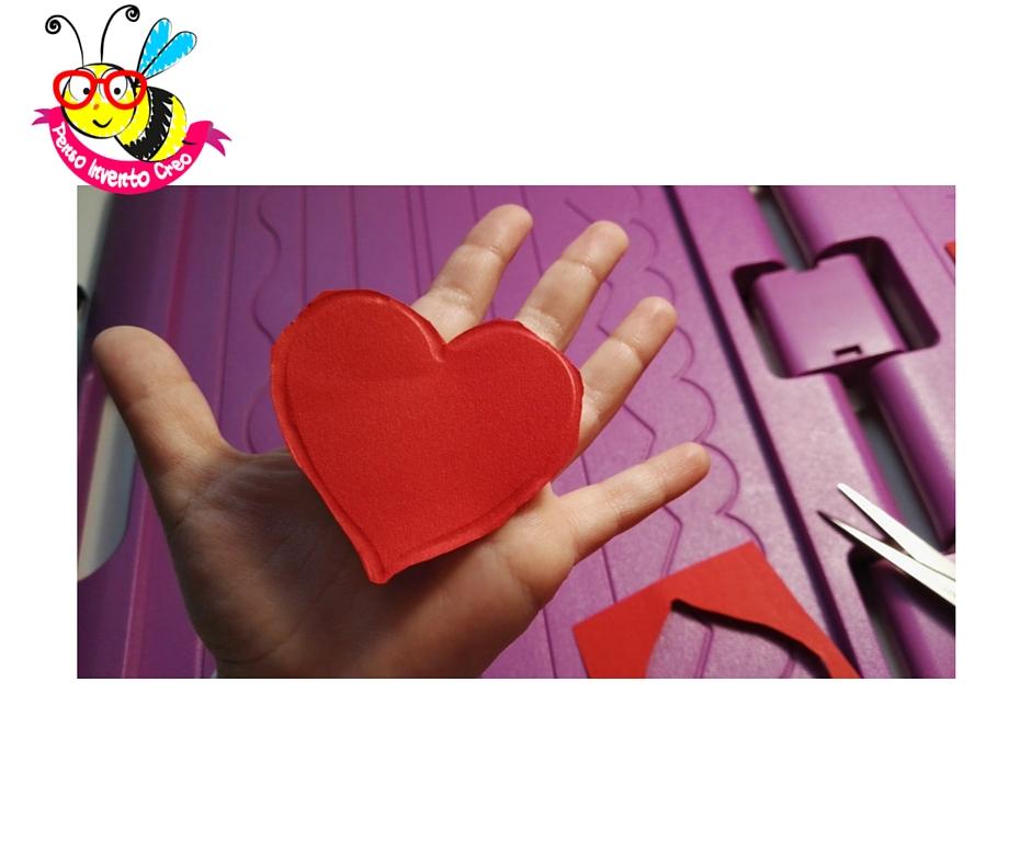 cuore di cartone rosso, passaggi per la realizzazione di una pop up card