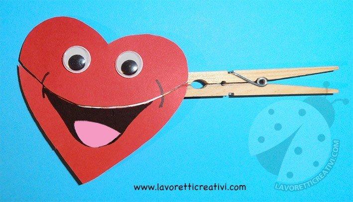 cuore su una molletta di legno