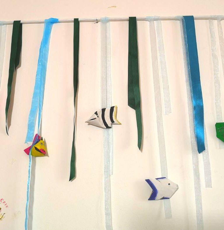 pesci con i rotoli della carta igienica