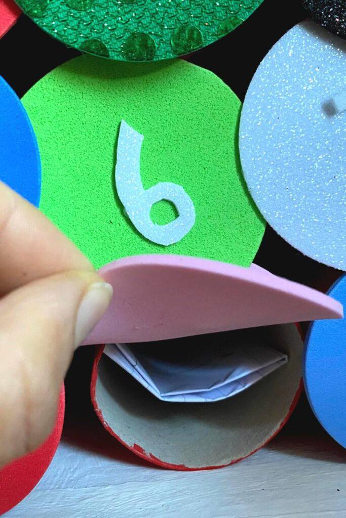 calendario dell'Avvento con la scatola delle scarpe e i rotoli di carta igienica